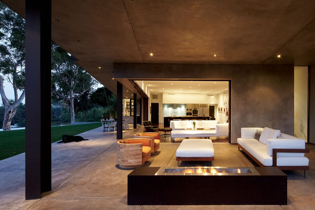 A high environment with luxury interior design the for Interior exterior fireplace